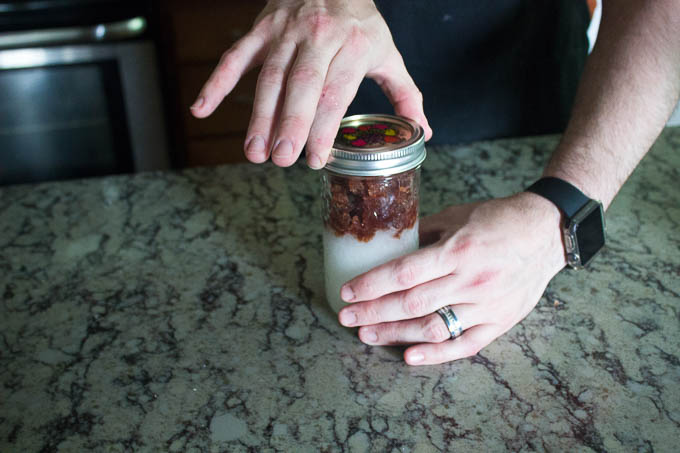 pour the gelatin and wine mixture on top of the sugars in the jar and close the lid finger tip tight.